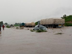Read more about the article Abuja-Lokoja road- Cars and travellers trapped as flood takes over.