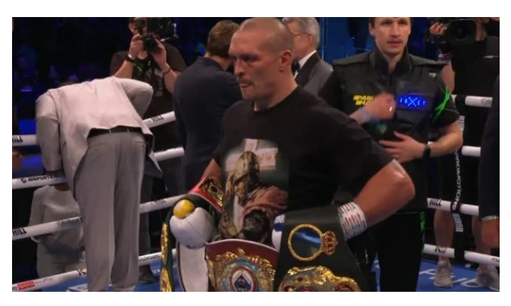 You are currently viewing Oleksandr Usyk defeats Anthony Joshua, becomes heavyweight champion.